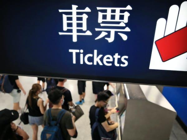 個人情報の追跡を防ぐためデモ後の電車切符を現金で買う人たち(16日、香港)                                                   =三村幸作撮影