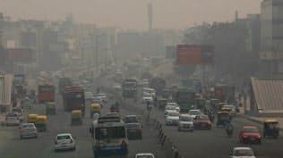 インドの都市部では大気汚染が深刻になっている(ニューデリー)=ロイター