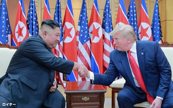 金正恩氏(左)はトランプ氏への直談判による決着を狙う(6月30日、板門店)                                                   =ロイター