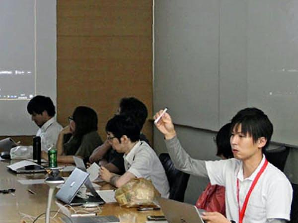 パニック障害を含めた精神疾患について企業に向けて啓発活動を行うシルバーリボンジャパンの関茂樹代表(右)(2018年8月、横浜市)=同団体提供
