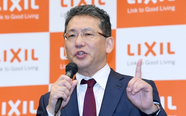 記者会見するLIXILグループの瀬戸欣哉CEO(6月、東京都中央区)