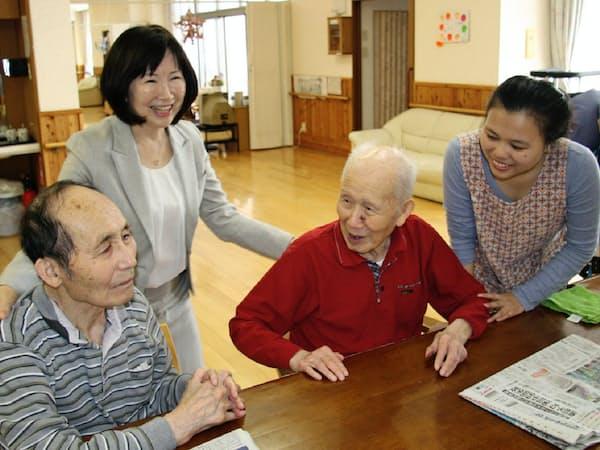 インドネシア人実習生のデウィさん(右)や入居者と談笑する甘利さん(左から2人目、長野県小諸市の介護型老人ホーム「ケアハウスのぞみ」)