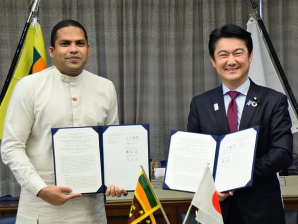 山下法相(右)は6月19日、スリランカとの覚書に署名(東京・霞が関)