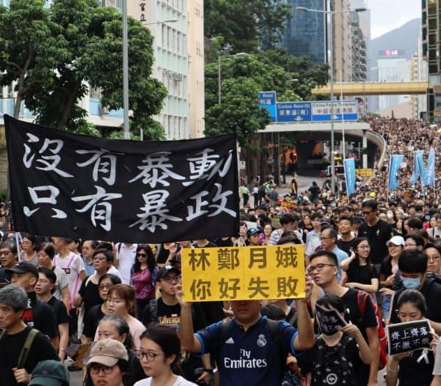 香港のデモは収束の兆しが見えない(7日、繁華街を行進する参加者)
