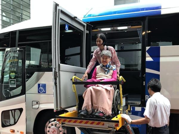 車いすのまま乗り降りできるバスで移動