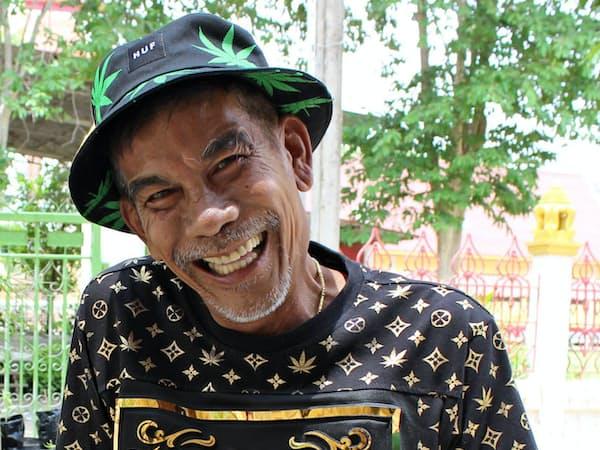 タイで伝統薬を研究する元警察官のブントゥーン氏(6月、タイ北部ピサヌローク県)