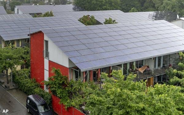 独政府は「グリーンボンド(環境債)」を通じて環境対策資金の調達を目指す(太陽光パネルを備えた建物)=AP