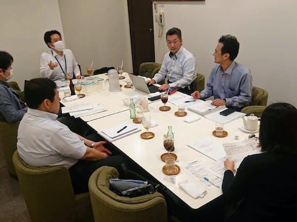 管理組合の理事に就任したマンション管理士の別所さん(右から3人目、東京都荒川区)