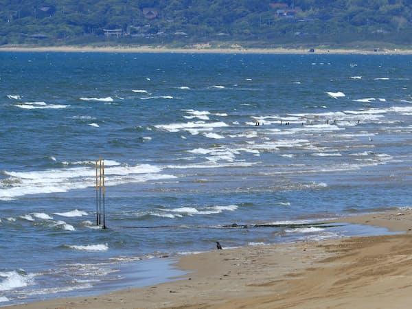 千里浜に幾重にも打ち寄せる波。作者は各地の海岸を訪れて作品のイメージを膨らませた=矢後衛撮影