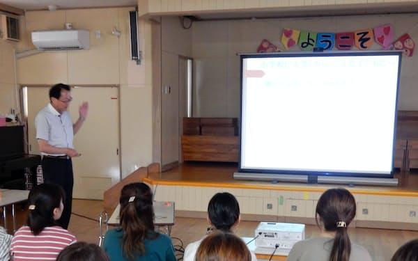 保護者を対象にした「眠育講座」(新潟県三条市の鱈田保育所)