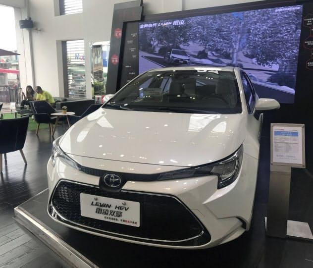 中国の方針転換は、トヨタ自動車などに有利になりそうだ(広東省広州市の販売店)