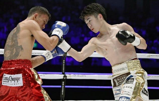 2回、タコニン(左)を攻める拳四朗