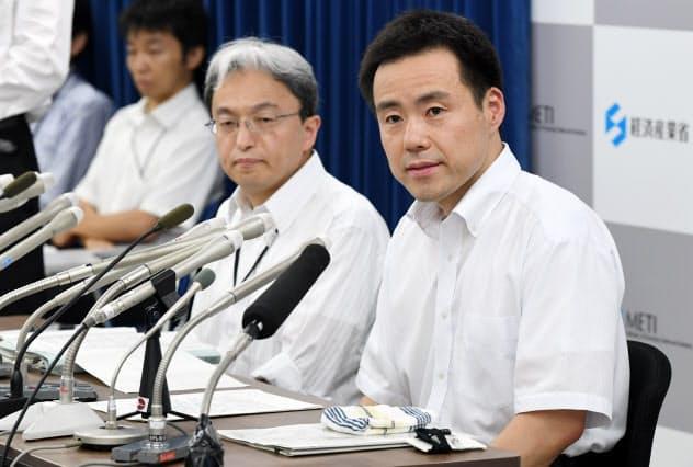 日韓事務レベル会合について記者会見する経産省の担当者(13日、経産省)