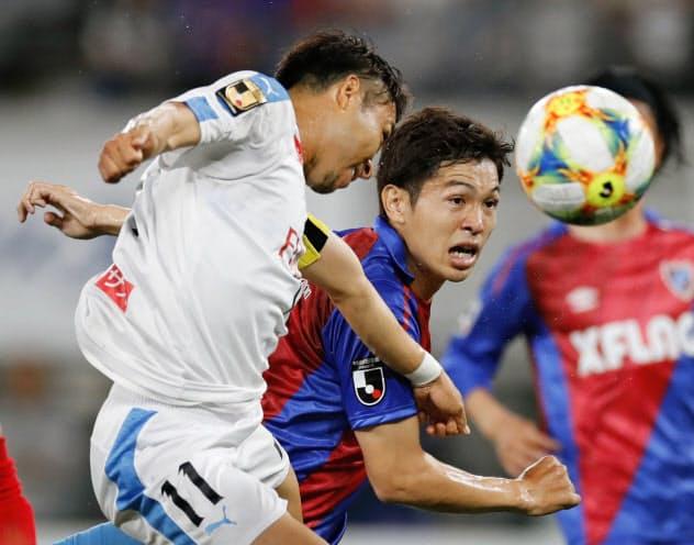 前半、ゴール前に飛び込む川崎・小林(左)とFC東京・森重