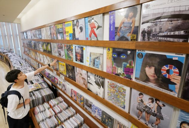 売れ行き好調なレコードの売り場(東京都新宿区のタワーレコード新宿店)