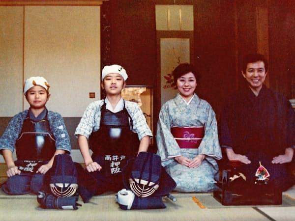 小学校のころ家族と。両親は礼儀作法やしつけにうるさかった(左から2人目が本人)