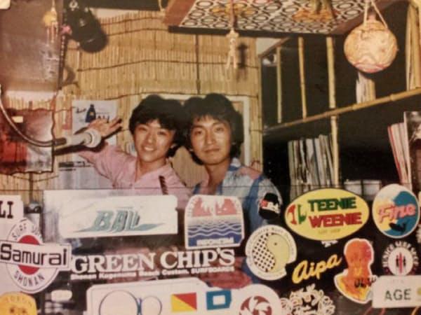 80年代、DJ修業をした渋谷のディスコ店「キャンディキャンディ」で(左が本人)