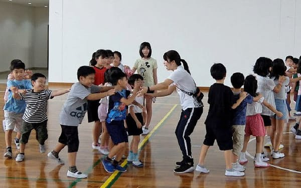 チカラン日本人学校の完成したばかりの体育館で遊ぶ子供たち(同校提供)