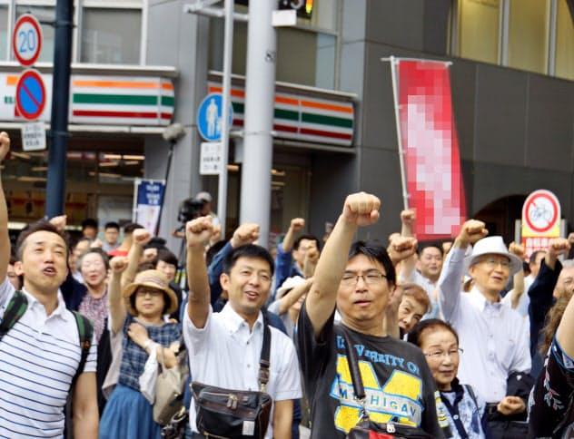 街頭演説を聞き、気勢を上げる市民(6月30日、広島市)