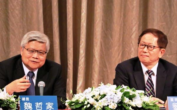 TSMCの魏CEO(左)は決算会見で「4~6月期で最悪期は脱した」と話した(18日、台北市内)