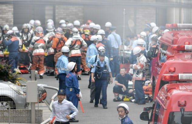 「京都アニメーション」のスタジオで火災が発生し、騒然とする現場付近(18日、京都市伏見区)