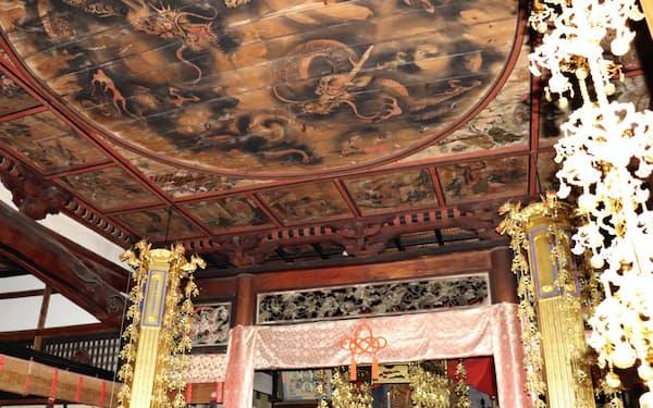天井には龍のほか、中国の昔話「二十四孝」の絵も描かれている(長野県上田市)