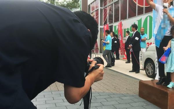 街頭演説を撮影する陣営スタッフ