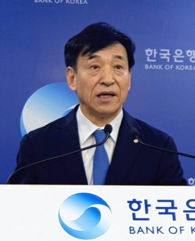 利下げを発表した韓国銀行の李柱烈(イ・ジュヨル)総裁