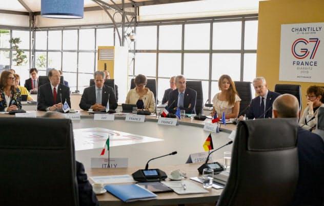 G7財務相・中央銀行総裁会議はリブラ規制で一致(18日、パリ北部)=AP