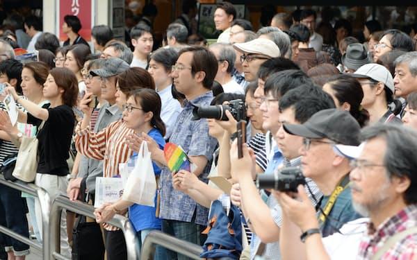 街頭演説を聞く有権者ら(20日午前、東京都港区)