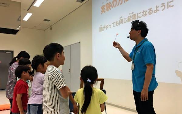 青森県立三沢航空科学館で開かれた自由研究の進め方教室(6月9日、青森県三沢市)