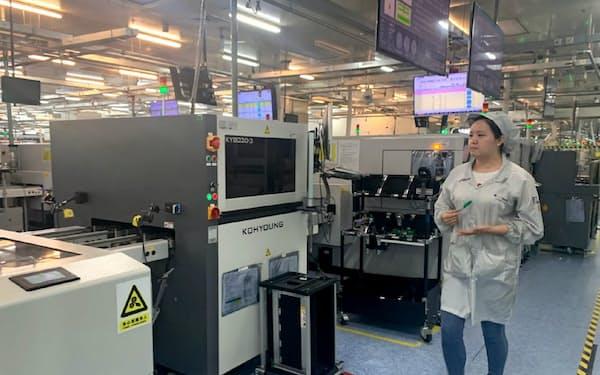 自動化をすすめる剣橋科技の工場は工作機械やロボットが並び、ほぼ無人状態(上海市)