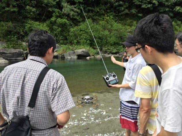 徳島大は、水空両用型ドローン開発の研究資金を寄付した一般市民らを招いて撮影会を開いた(2017年9月、徳島県内)=同大提供