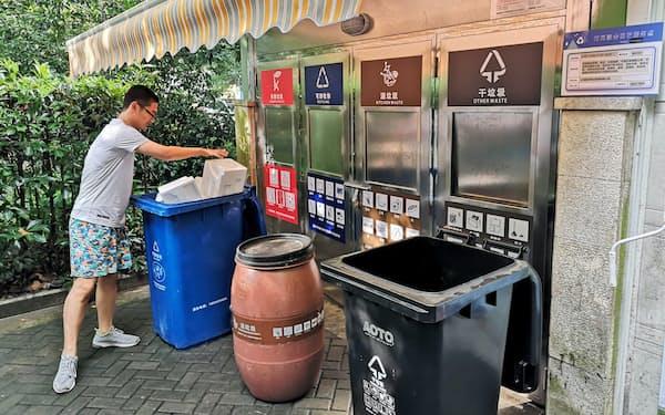 上海のマンションでは4種類のごみ箱が並んでいる(上海市)