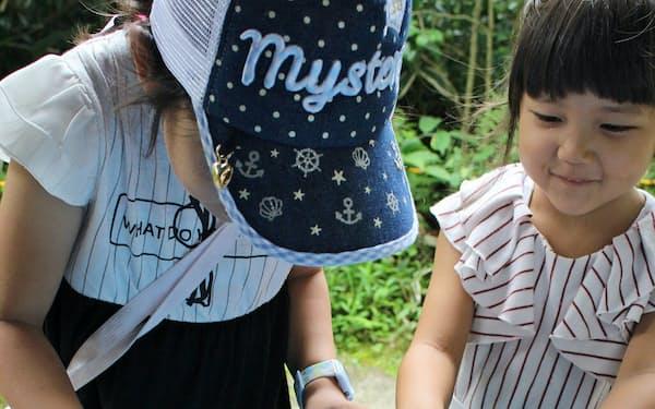 昭和時代の浮き金魚を浮かべる子どもたち