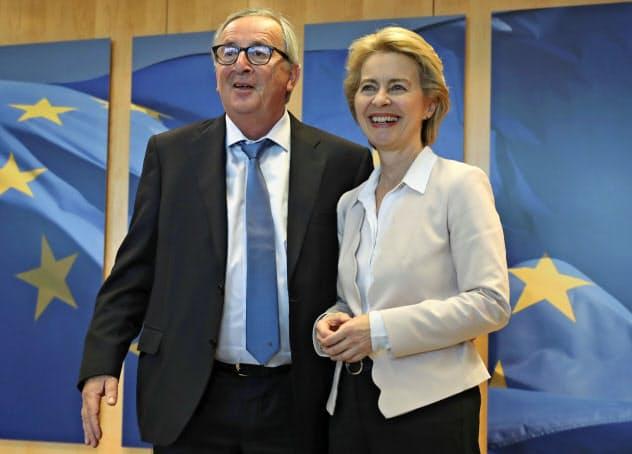 フォンデアライエン氏(右)は11月、EUトップの欧州委員長の座をユンケル氏(左)から引き継ぐ=AP
