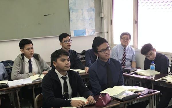 日本語の授業を受けるマラヤ大学日本留学特別コースの1年生(7月、クアラルンプール)