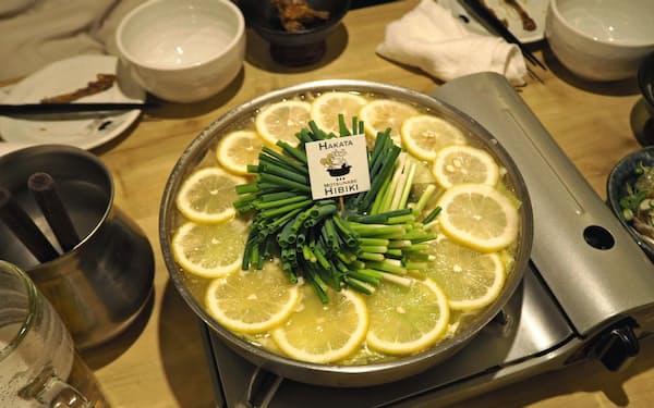 博多もつ鍋響のレモンもつ鍋は若い女性から高い人気を得ている