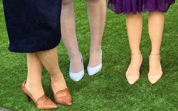 結婚式でヒール付きパンプスを履く女性たち