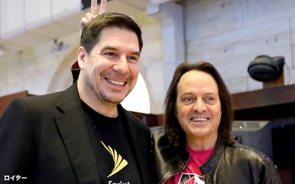 TモバイルUSのジョン・レジャーCEO(右)と米スプリントのマルセロ・クラウレ取締役会議長(左)(2018年4月、クラウレ氏は当時CEO)=ロイター
