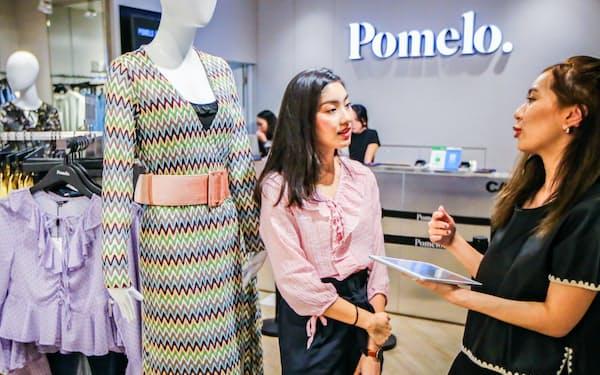 通販サイトで注文したポメロの服は実店舗で試着できる(バンコク)                                                   =小高顕撮影