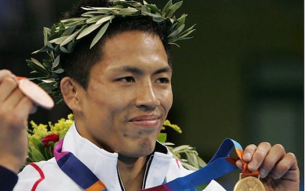 柔道男子60キロ級で五輪3連覇を果たし、金メダルを手にする野村=共同