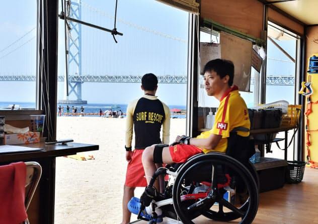 ライフセーバーの詰め所からビーチを見回す古中さん(神戸市垂水区)=大岡敦撮影