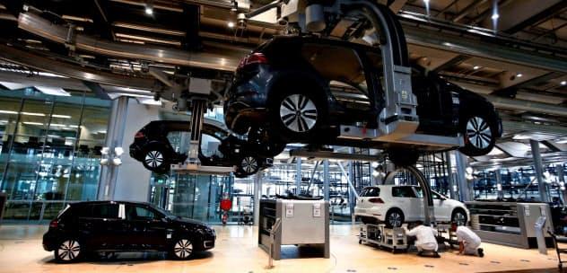 主力産業の自動車生産の不振などが響いた(VWの独ドレスデン工場)=ロイター