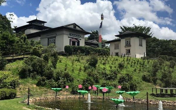 ネパール東部のタキシンド寺院をモデルにした仏教寺院など32の建物が並ぶ