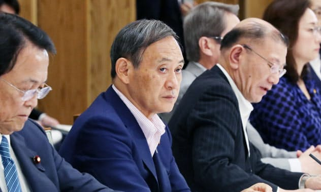 統計改革推進会議に臨む菅官房長官(中)(2日、首相官邸)