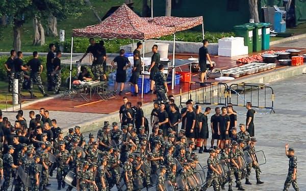 香港から約10キロの深圳のスポーツセンターに集結した武装警察(15日、広東省深圳)=ロイター