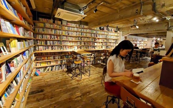 森の図書室ではビールを片手に5000冊の蔵書を楽しめる(東京都渋谷区)