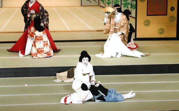 七之助(左)が「伽羅先代萩」の政岡を初役でつとめた(C)松竹