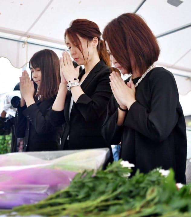 追悼献花式で犠牲者の冥福を祈り手を合わせる参列者(20日午前、広島市安佐南区)